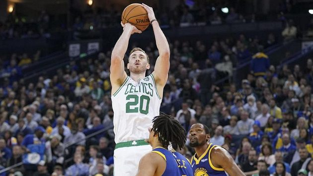 Bostonský basketbalista Gordon Hayward střílí na koš v utkání s Golden State Warriors.