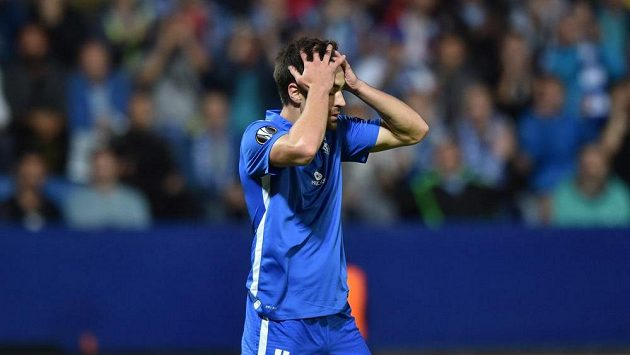 David Hovorka ze Slovanu Liberec reaguje na to, že sudí nařídil penaltu ve prospěch PAOK Soluň.