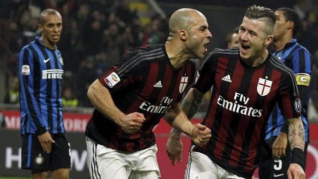 Obránce AC Milán Alex (uprostřed) a Juraj Kucka se radují z gólu proti Interu Milán.