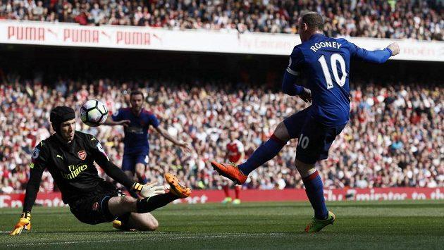 Brankář Arsenalu Petr Čech v akci během utkání Premier League s Manchesterem United. Pálil na něj Wayne Rooney.