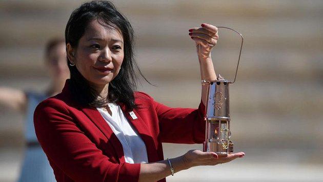 Pořadatelé olympijských her v Tokiu převzali v Řecku olympijský oheň. na snímku je bývalá plavkyně Imoto Naoková.