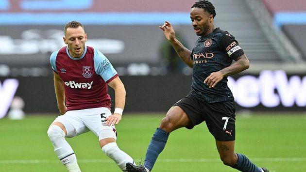Vladimír Coufal v dresu West Hamu United v souboji s Raheemem Sterlingem z Manchesteru City.