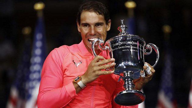 Rafael Nadal pózuje s trofejí pro vítěze US Open.