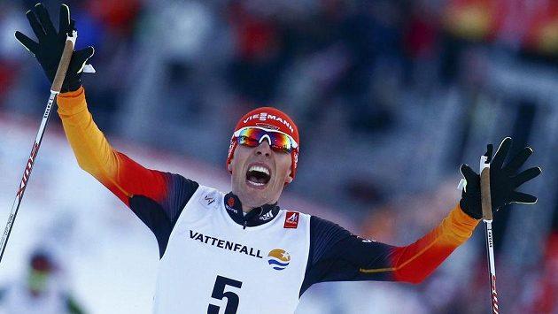Německý lyžař Johannes Rydzek se raduje z triumfu v severské kombinaci na MS ve Falunu.