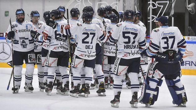 Hokejisté Vítkovic se radují z vítězství v Brně.