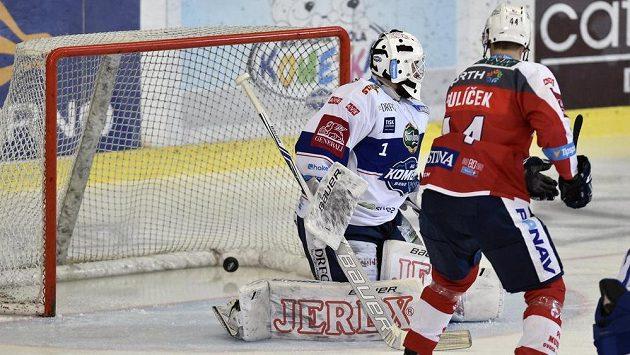 Brankář Komety Marek Čiliak inkasuje gól v zápase s Pardubicemi. Vpravo přihlíží útočník Východočechů Patrik Poulíček.