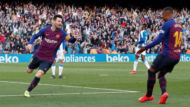 Lionel Messi (vlevo) oslavuje svůj druhý gól v síti Espaňolu Barcelona se spoluhráčem Malcomem.