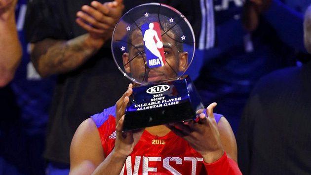 Chris Paul z Los Angeles Clippers s trofejí pro nejužitečnějšího hráče All-star game basketbalové NBA v Houstonu.