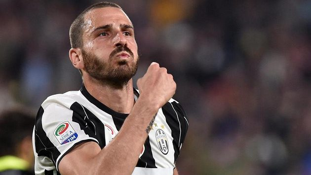 Leonardo Bonucci z Juventusu se raduje po gólu proti Janovu.