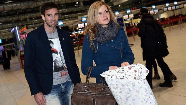 Biatlonistka Gabriela Soukalová s přítelem Petrem Koukalem na letišti Václava Havla před odletem do Finska.