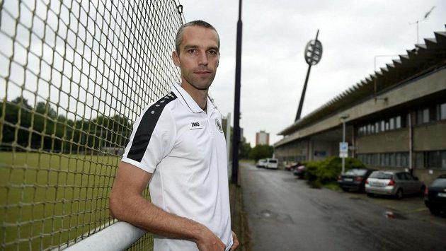 Sportovní manažer Hradce Králév Pavel Krmaš stojí pod jedním z pověstných lízátek.