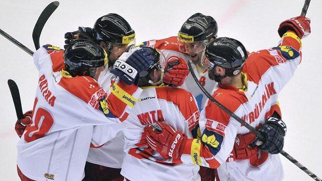 Olomoučtí hokejisté se radují ze vstřelení branky - ilustrační foto.