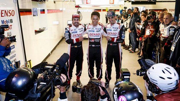 Fernando Alonso (vlevo), Kazuki Nakajima a Sébastien Buemi (vpravo).