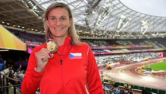 Barbora Špotáková se zlatou medaili na Londýnském stadiónu.