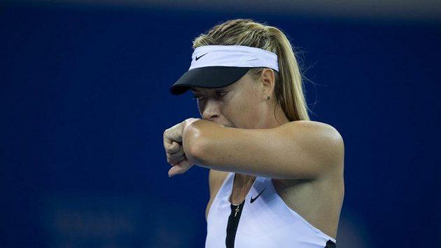 Maria Šarapovová si utírá obličej při utkání s Barborou Strýcovou na turnaji ve Wu-chanu.