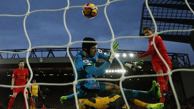 Liverpoolský Roberto Firmino překonává brankáře Arsenalu Petra Čecha.