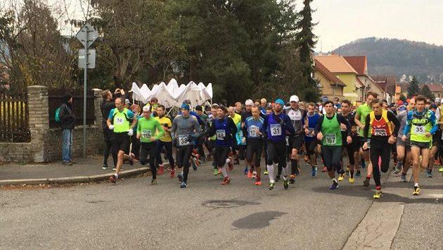 Svatojánské mušky ještě nezačaly svítit, ale účastníci Svatojánského běhu se už vydávají na trať.