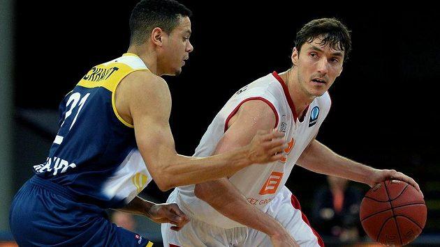 Jiří Welsch z Nymburku (vpravo) v utkání 2. kola skupiny C Evropského poháru basketbalistů s Oldenburgem.