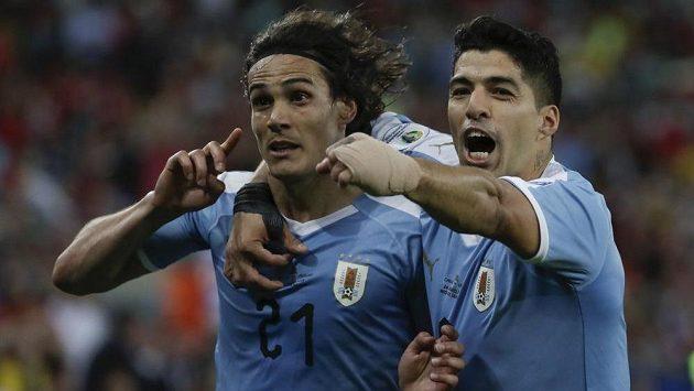 Střelec jediného gólu zápasu Edinson Cavani (vlevo) oslavuje trefu společně s Luisem Suárezem. Ten pobavil fanoušky netradičním požadavkem.
