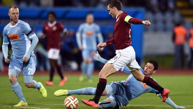 Útočník Sparty David Lafata v souboji s Argentincem Nicolasem Gorositem ze Slovanu Bratislava.