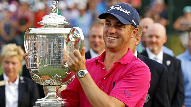 Justin Thomas pózuje s trofejí pro vítěze.