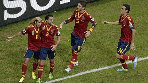 Fotbalisté Španělska zleva Pedro, Xavi, Ramos a Busquets slaví úvodní gól v zápase s Uruguayí.
