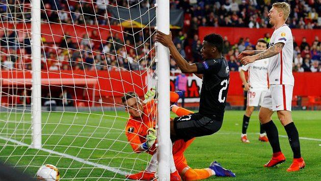 Brankář Sevilly Tomáš Vaclík inkasuje gól v duelu se Slavií, při zákroku se navíc zranil a zápas nedohrál.
