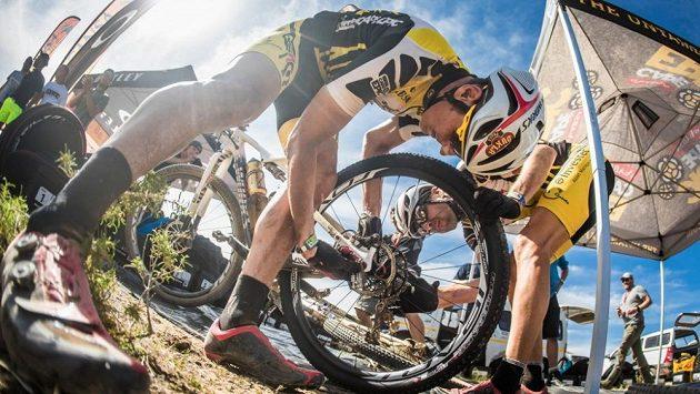 Biker Jaroslav Kulhavý opravuje kolo během třetí etapy Cape Epic.
