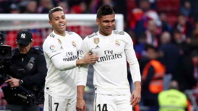 Casemiro a Mariano z Realu se radují po derby s Atléticem.