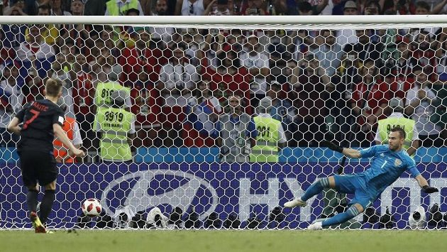 Chorvat Ivan Rakitič proměňuje rozhodující penaltu proti Rusku. Brankář Igor Akinfejev letěl na druhou stranu než míč.