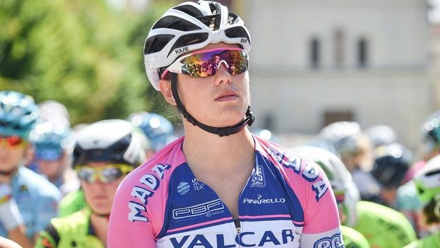 Mladá italská cyklistka Claudia Crettiová skončila po pádu v 7. etapě Gira d'Italia v nemocnici v umělém spánku.