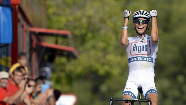 Francouz Warren Barguil se raduje na Vueltě z vítězství v etapě.
