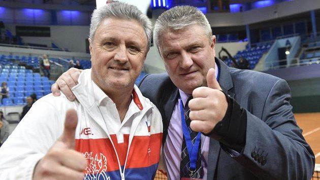 Kapitán reprezentace České republiky Jaroslav Navrátil a prezident Českého tenisového svazu Ivo Kaderka se radují z celkového vítězství.