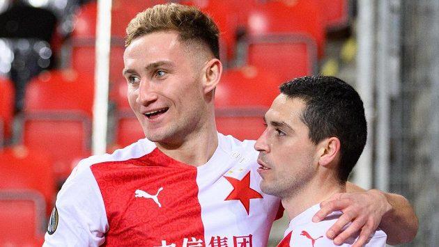 Nicolae Stanciu (vpravo) a Jan Kuchta oslavují gól.