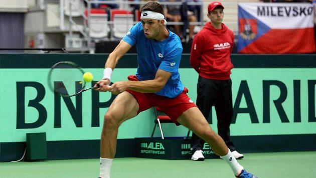 Český tenista Jiří Veselý v zápase s Jo-Wilfriedem Tsongou.