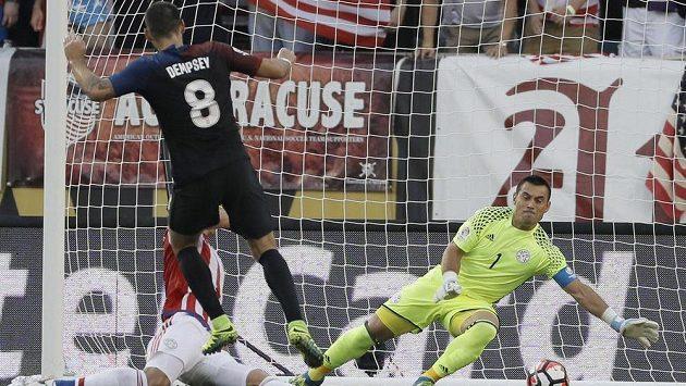 Americký záložník Clint Dempsey střílí gól Justovi Villarovi z Paraguaye v zápase Copy América.