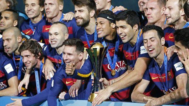 Lionel Messi, Neymar, Luis Suárez (uprostřed) a další barcelonští fotbalisté se radují z výhry nad River Plate a triumfu na MS klubů.