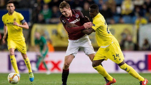 Obránce Eric Bailly (vpravo) ještě jako hráč Villarrealu v souboji se sparťanským útočníkem Lukášem Julišem v úvodním čtvrtfinále Evropské ligy.