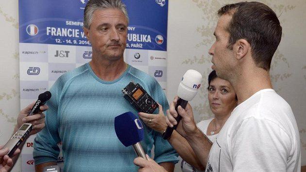 Radek Štěpánek si při odletu na semifinále Davis Cupu do Francie zahrál na reportéra a zpovídal kapitána Jaroslava Navrátila.