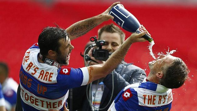 Charlie Austin (vlevo) a Clint Hill z Queens Park Rangers slaví návrat do Premier League.