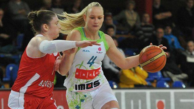 Lindsay Whalenová (vlevo) z Kayserisporu brání Michaelu Stejskalovou z Brna.