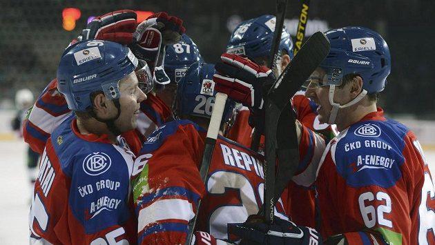 Hráči týmu Lev Praha se radují z gólu.