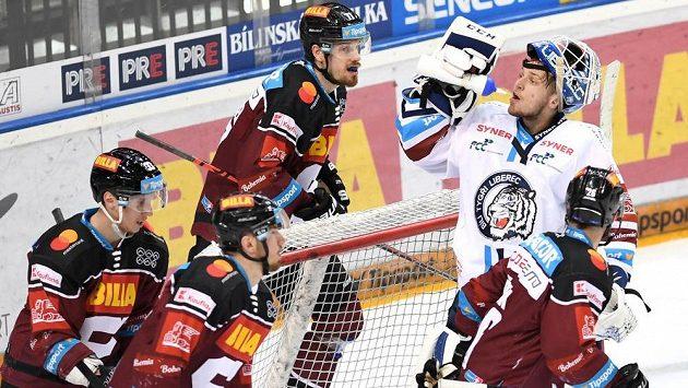 Brankář Liberce Petr Kváča po inkasovaném druhém gólu mezi hráči Sparty.