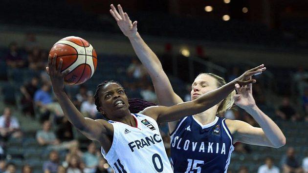 Čtvrtfinále evropského šampionátu basketbalistek nabídlo i souboj Francie se Slovenskem. Olivia Epoupaová z Francie (vlevoú se snaží prosadit přes Romanu Vanuchalovou ze Slovenska.