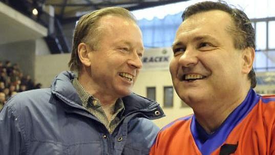 Dvě legendy československého hokeje: Dárius Rusnák (vpravo) a brankář Jiří Králík.