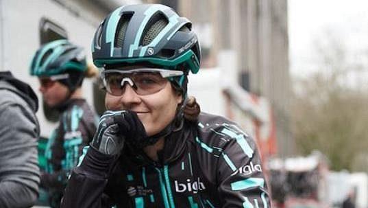 Švýcarská cyklistka Nicole Hanselmannová doplatila na Omloop Het Nieuwsblad na svoje ostré tempo z úvodu.
