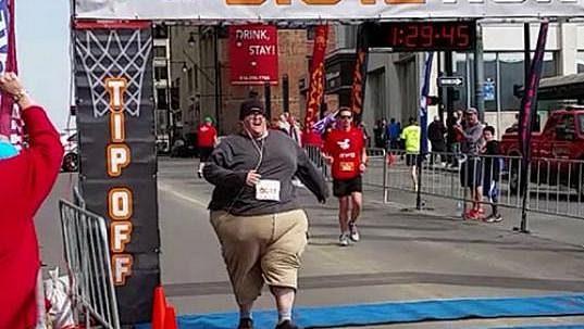 Derek Mitchell zvládl pět kilometrů za hodinu a půl.