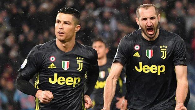 Fotbalisté Ronaldo a Chiellini v dresu Juventusu.