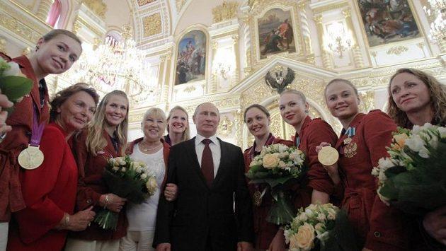 Ruský prezident Vladimír Putin mezi vyznamenanými olympioniky.