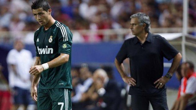 Cristiano Ronaldo se v sobotním zápase se Sevillou nepředvedl, za ním naštvaný kouč Jose Mourinho.